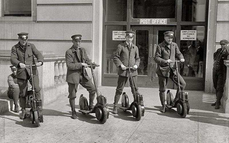 Cuatro policias de la época sobre patinetes a motor