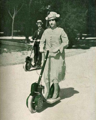 Mujer de clase social adinerada sobre patinete a motor