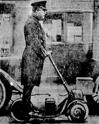 Agente de policia sobre patinete a motor