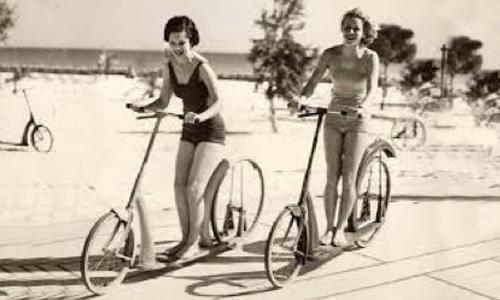Dos mujeres sobre primeros patinetes de rueda grande