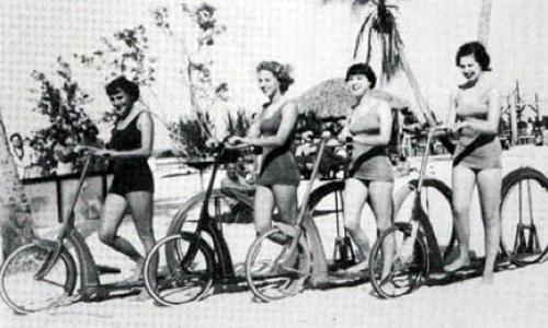Mujeres sobre primeros patinetes de ruda grande