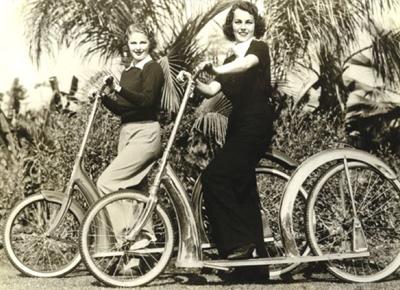 Jean Chatburn y Eleanor Stewart con patinetes de rueda grande