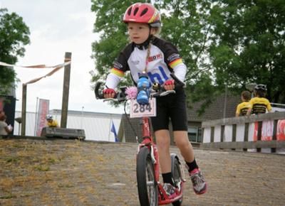 Niño en modalidad de footbike