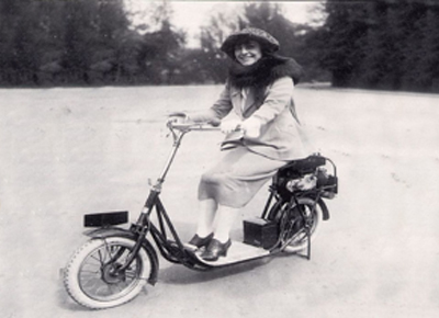 MUjer sobre una moto-scooter