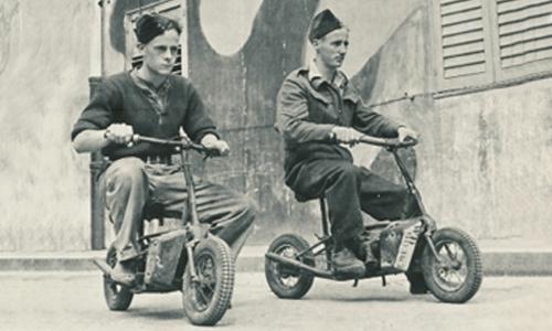 Militares desplazándose por la calzada en sus moto-scooters
