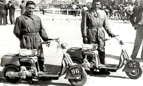 Militares Estadounidenses mostrando su moto-scooter
